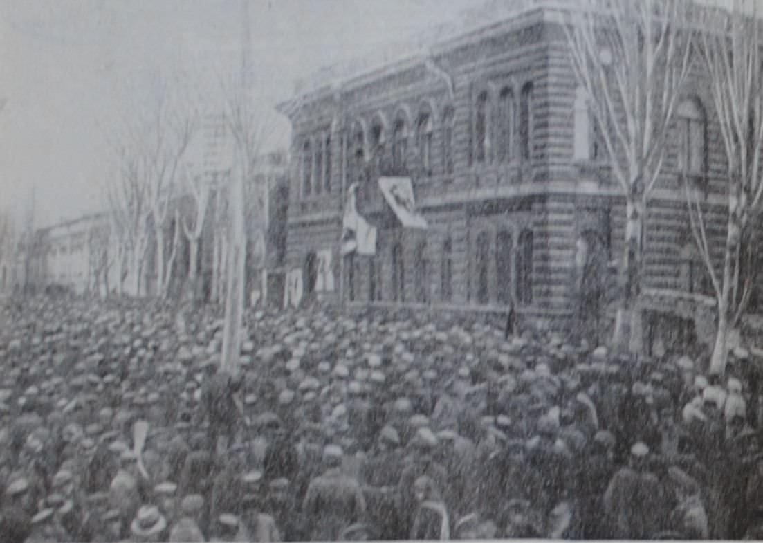 Митинг трудящихся в Ереване в связи с установлением Советской власти. Фотография. 1920 год.