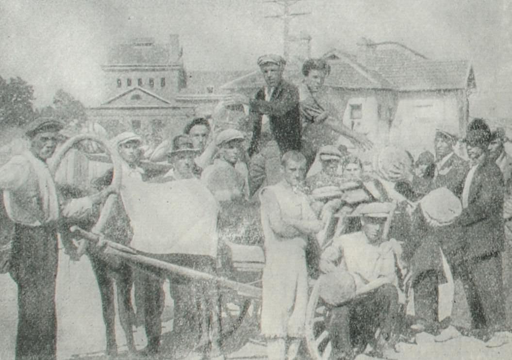 Крестьяне привезли хлеб бастующим текстильщикам. Фотография. 1931 год.